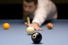 Giovane che gioca snooker Fotografia Stock Libera da Diritti
