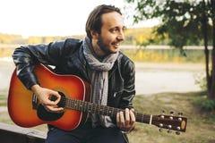 Giovane che gioca sulla chitarra nel lago Immagine Stock Libera da Diritti