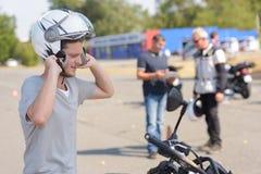 Giovane che impara come guidare motocicletta Immagini Stock Libere da Diritti