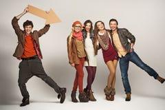 Giovane che indica al gruppo di amici Immagini Stock
