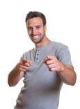 Giovane che indica con entrambe le mani Immagine Stock