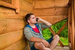 Giovane che invita telefono mobile Montagne Fotografia Stock