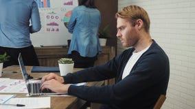 Giovane che lavora al computer portatile soddisfatto con lavoro fatto stock footage