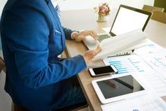 Giovane che lavora con il computer portatile, la compressa e lo Smart Phone, man& x27; s Han Fotografia Stock Libera da Diritti