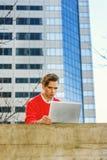Giovane che lavora a distanza al computer portatile Fotografie Stock Libere da Diritti