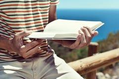 Giovane che legge un libro all'aperto Immagine Stock Libera da Diritti