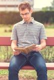Giovane che legge un libro in parco Fotografia Stock Libera da Diritti