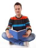 Giovane che legge un libro sul pavimento isolato Fotografia Stock Libera da Diritti