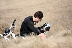 Giovane che legge un programma Fotografie Stock Libere da Diritti