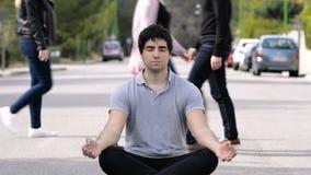 Giovane che medita in mezzo alla via, per i concetti di consapevolezza archivi video