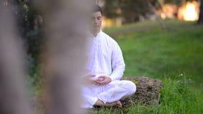 Giovane che medita nella natura archivi video