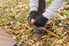 Giovane che mette una tenda nel legno a Fotografia Stock Libera da Diritti
