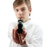 Giovane che mira una pistola nera Immagini Stock Libere da Diritti