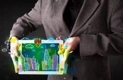 Giovane che mostra compressa con paesaggio urbano disegnato a mano Immagine Stock Libera da Diritti