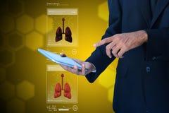 Giovane che mostra i polmoni Fotografie Stock