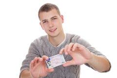 Giovane che mostra la sua patente di guida Immagine Stock Libera da Diritti