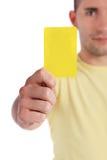 Giovane che mostra scheda gialla Fotografia Stock Libera da Diritti