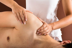 Giovane che ottiene massaggio fotografia stock libera da diritti