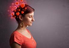 Giovane che pensa all'amore con i cuori rossi immagine stock libera da diritti