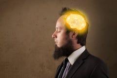 Giovane che pensa con l'illustrazione d'ardore del cervello Fotografia Stock Libera da Diritti