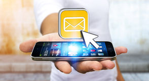 Giovane che per mezzo del telefono cellulare moderno per inviare messaggio Immagini Stock Libere da Diritti