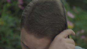 Giovane che pettina capelli con il pettine stock footage