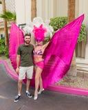 Giovane che posa con uno showgirl di Las Vegas Immagini Stock