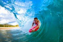 Giovane che pratica il surfing immagini stock libere da diritti