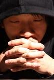 Giovane che prega al dio Fotografia Stock Libera da Diritti