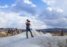 Giovane che prende foto di paesaggio fotografia stock