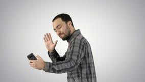 Giovane che prende l'immagine del selfie con lo Smart Phone sul fondo di pendenza fotografia stock libera da diritti