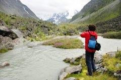 Giovane che prende le foto in valle di Akkem Immagini Stock