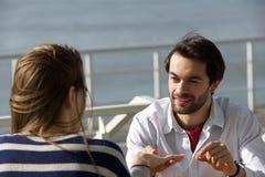 Giovane che propone con l'anello di fidanzamento alla giovane donna Fotografie Stock Libere da Diritti
