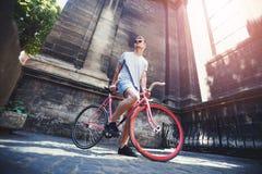 Giovane che resta con la bicicletta fotografia stock libera da diritti