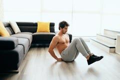 Giovane che risolve a casa per lo stile di vita e la forma fisica sani immagini stock