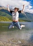 Giovane che salta per la gioia fotografie stock