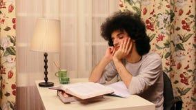 giovane che si annoia mentre studiando stock footage