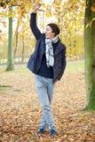 Giovane che si rilassa all'aperto un giorno di autunno Fotografia Stock Libera da Diritti