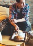 Giovane che si siede ad un caffè, caffè espresso bevente Immagini Stock