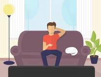 Giovane che si siede a casa sul sofà che guarda TV e che beve birra royalty illustrazione gratis