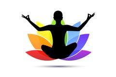Giovane che si siede nella siluetta di posizione di loto di meditazione di yoga con il giglio nei colori dell'arcobaleno illustrazione di stock