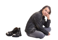 Giovane che si siede sul pavimento, isolato Fotografia Stock Libera da Diritti