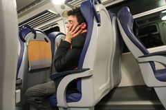 Giovane che slepping sul treno fotografia stock libera da diritti