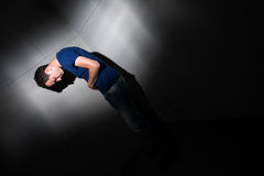Giovane che soffre dal dolore severo della pancia Immagine Stock