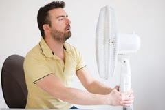 Giovane che soffre dal livello di calore di estate e di alta umidità Fotografia Stock
