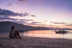 Giovane che sta sulla linea costiera e sul godere Immagine Stock