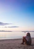 Giovane che sta sulla linea costiera e sul godere Immagini Stock