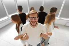 Giovane che sta in un cerchio con un gruppo di affari Immagini Stock Libere da Diritti