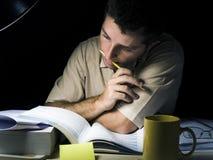 Giovane che studia alla notte Fotografie Stock Libere da Diritti