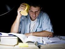 Giovane che studia alla notte Fotografia Stock Libera da Diritti